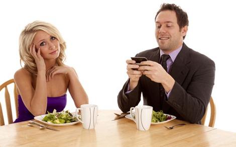 Resultado de imagen de pareja cenando movil