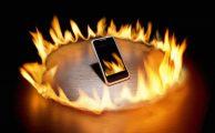 Smartphone rodeado de llamas