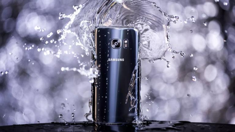 galaxy s8 mojado en agua