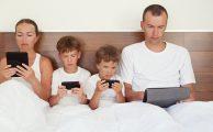 La mitad de los jóvenes cree que sus padres pasan demasiado tiempo con el móvil, ¿cómo evitarlo?