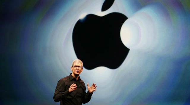 tim cook con logo de apple