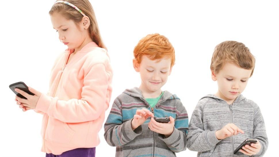 niños usando teléfonos