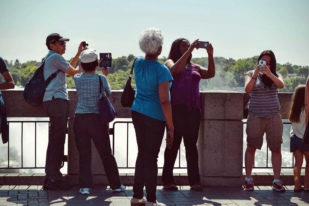 gente haciendo fotos