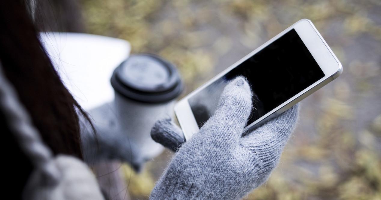 smartphone con guantes