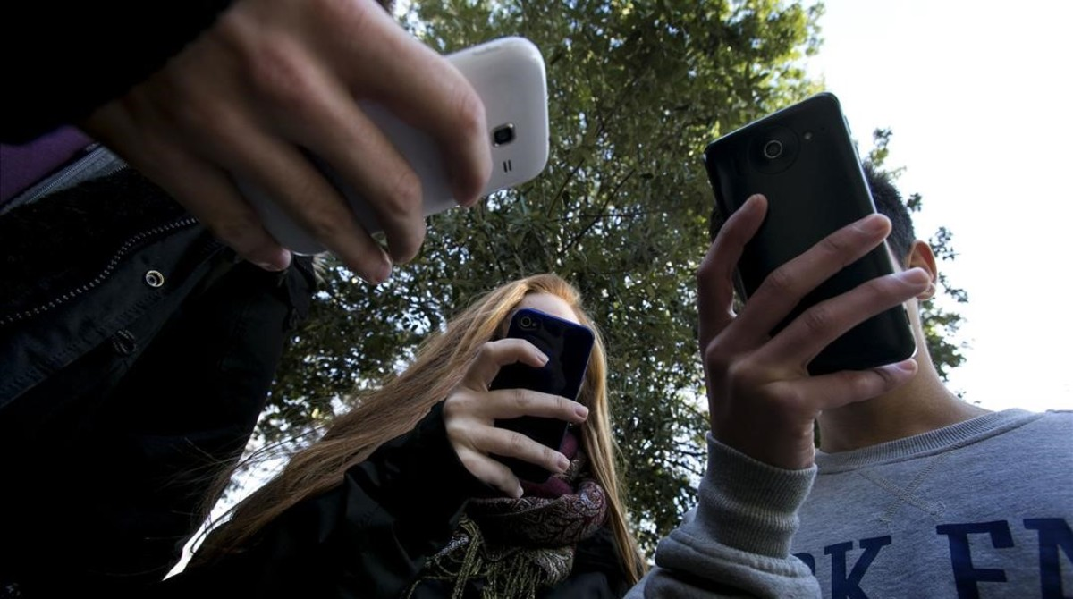 Adolescentes Con Moviles