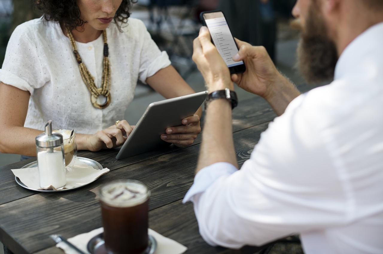 Personas usando móvil y tablet