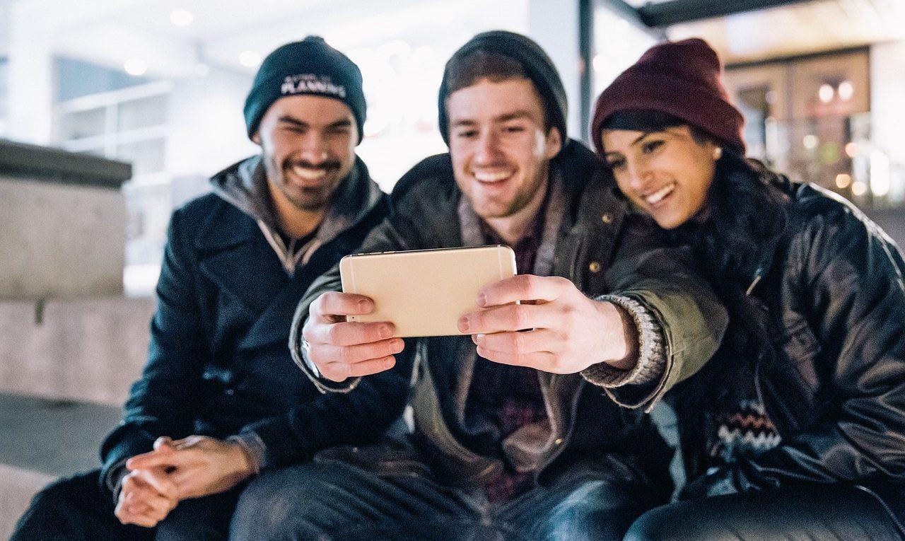Personas Haciendo Un Selfie