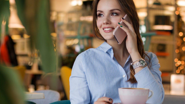 Mujer habla por el móvil