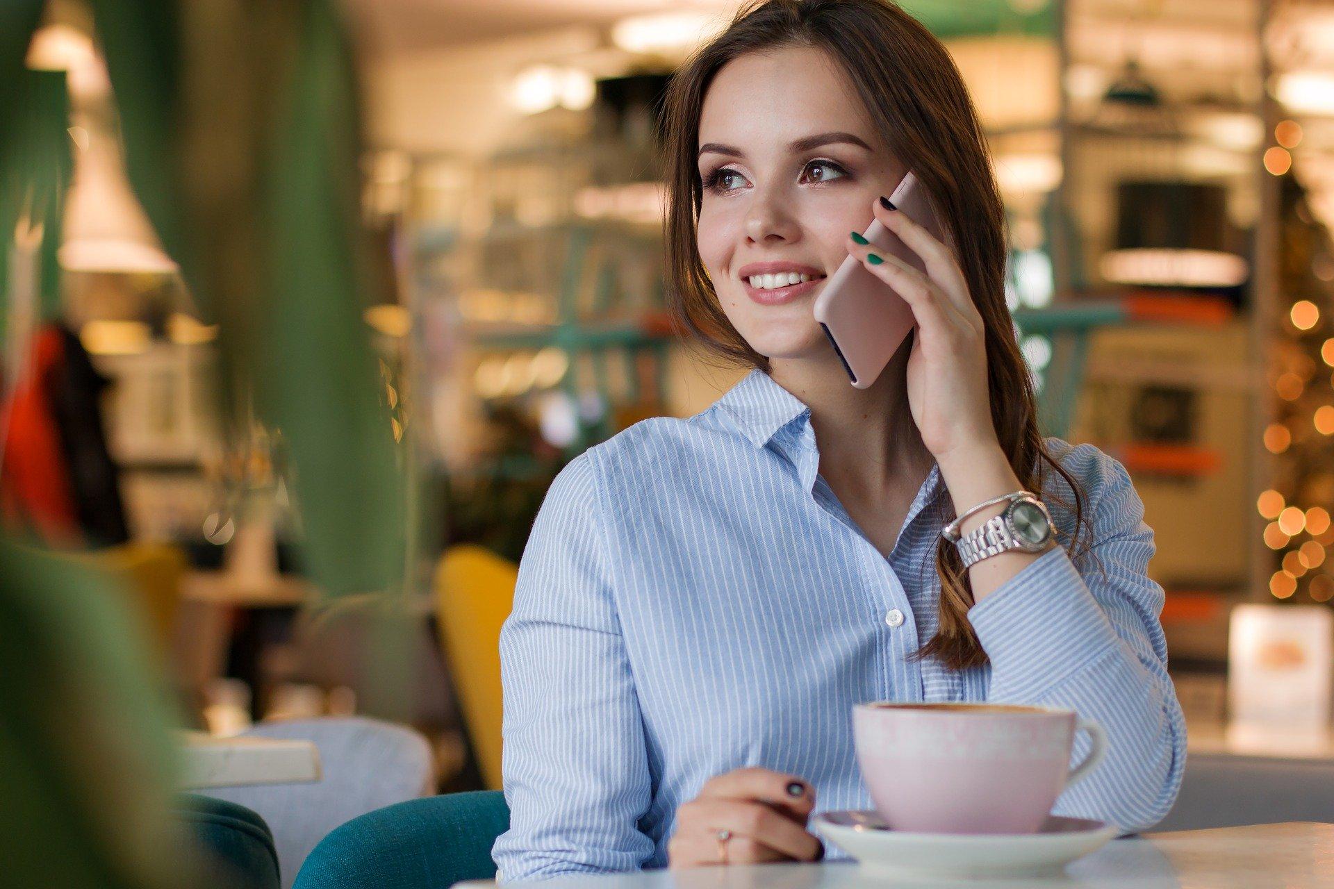 Mujer habla por teléfono
