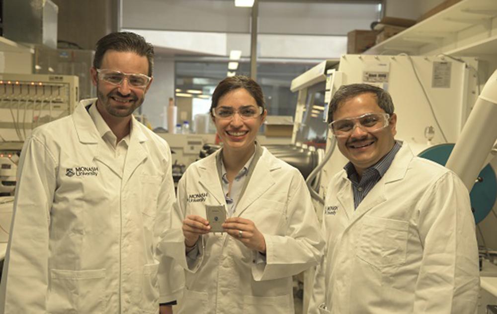 Investigadores de la Universidad de Monash con la nueva bateria de sulfuro de litio