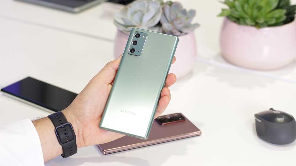 Samsung Galaxy Note 20 Parte Trasera En La Mano