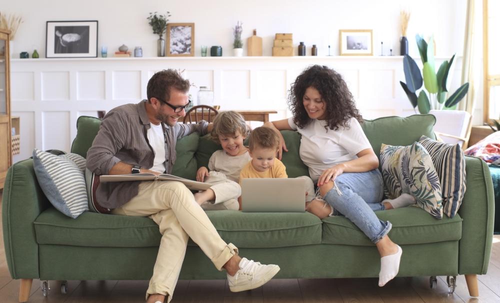 Familia Disfrutando De Internet