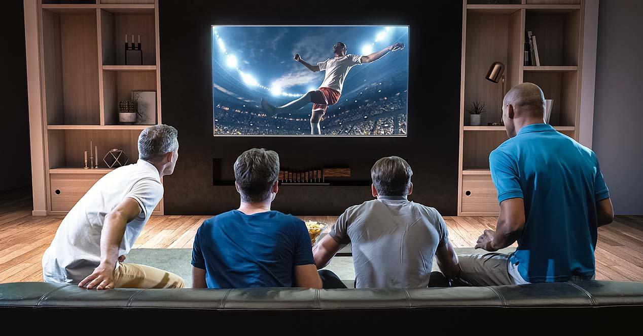 Hombres Viendo La Tele Futbol