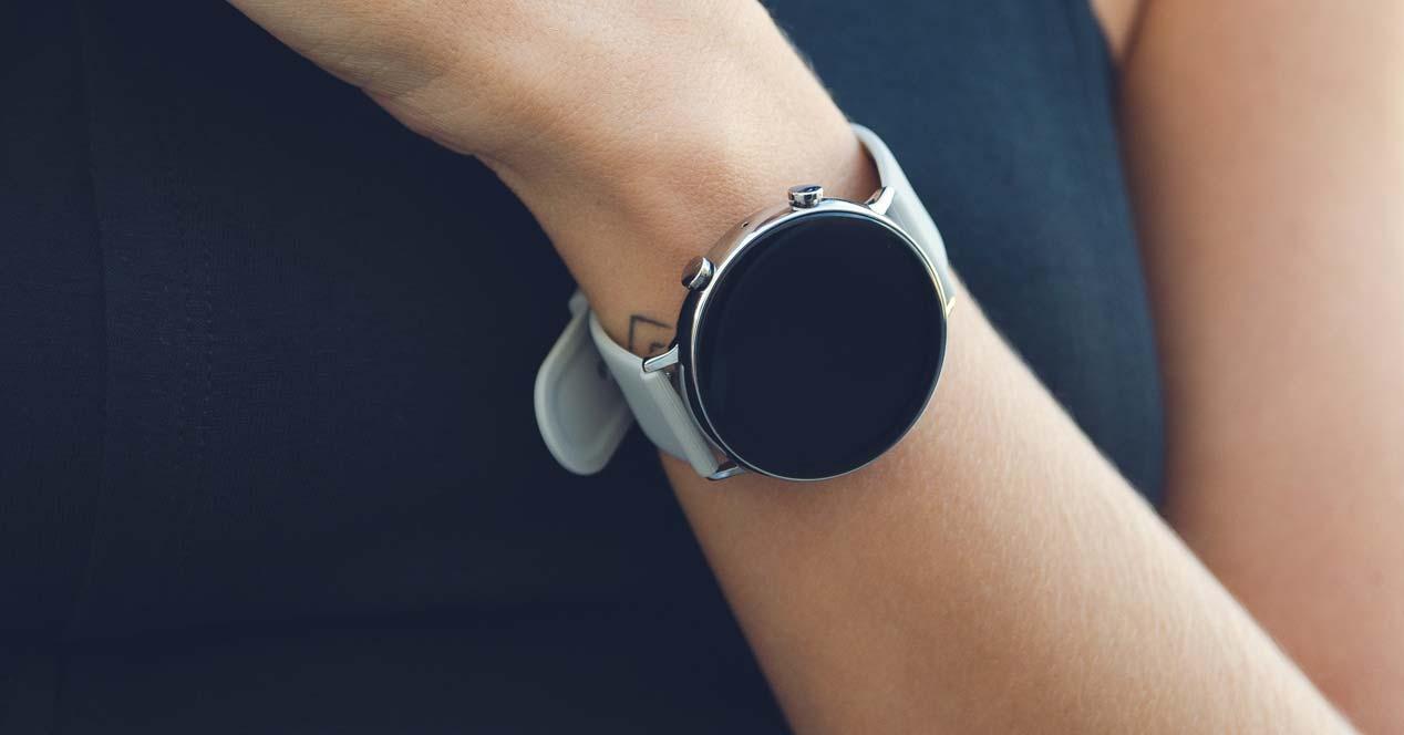 Chica con un smartwatch