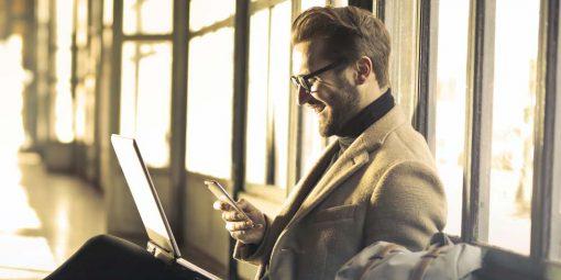 Hombre utilizando un smartphone
