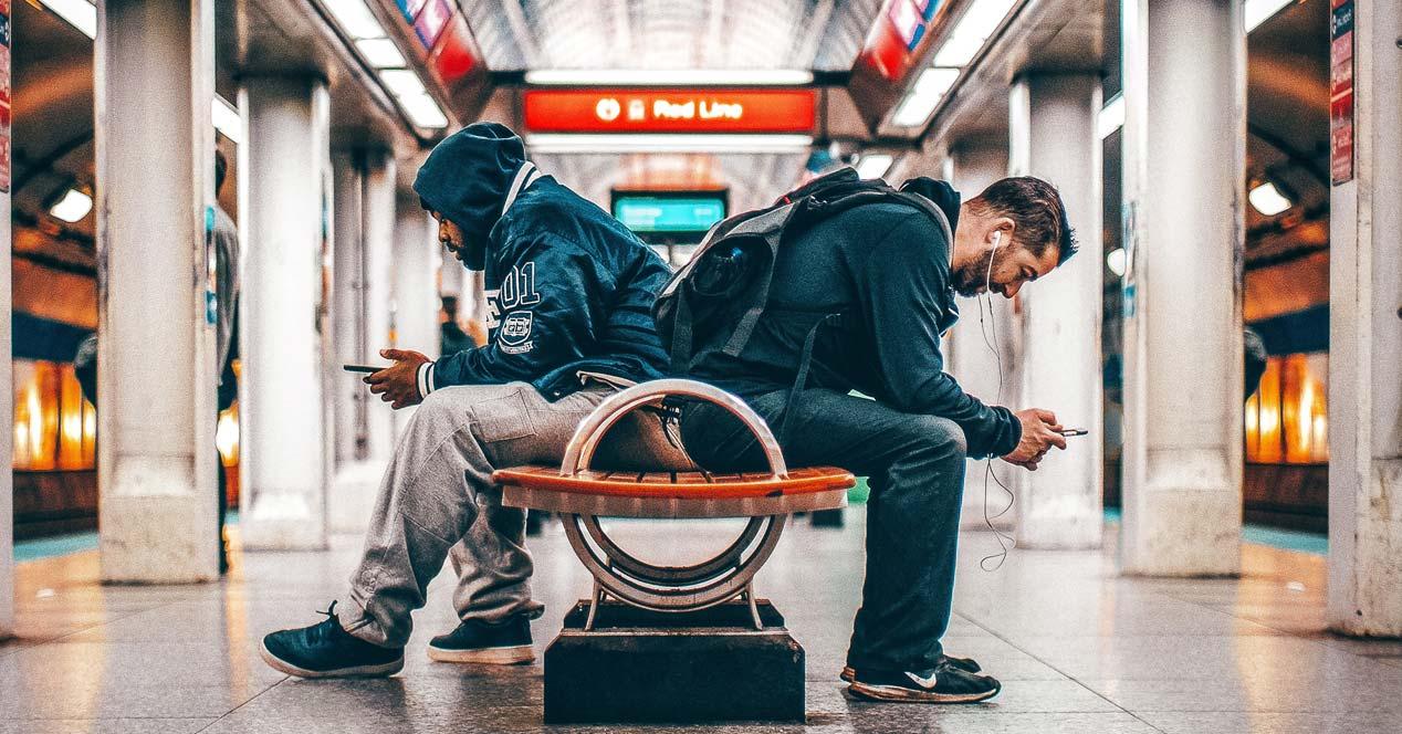 Chicos utilizando smartphones en un aeropuerto