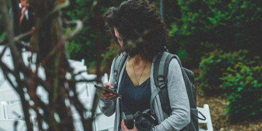 Chica con un smartphone en la calle