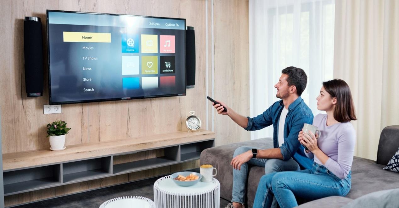 Tv Box Android Y Dos Mirando La Tele